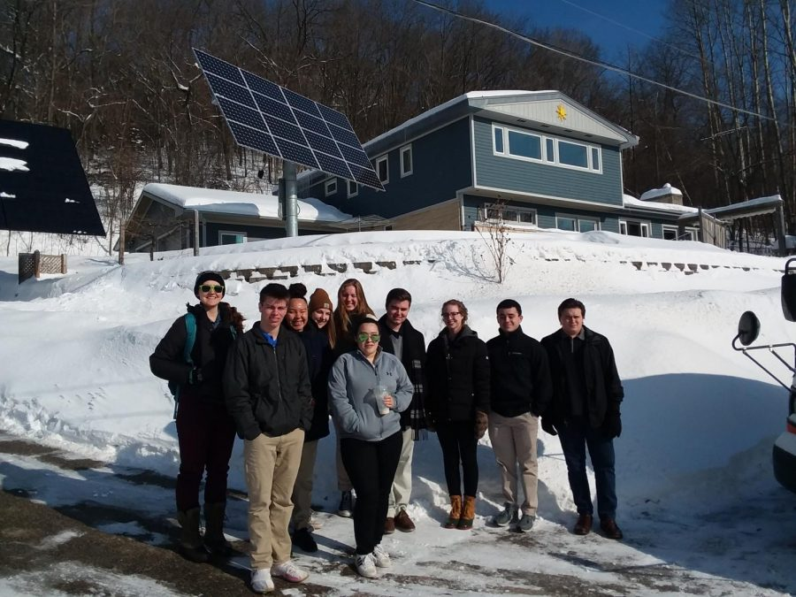 Environmental+Science+students+tour+eco-friendly+house