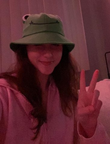 The reporter in the frog bucket hat from WallDecalsAndArt available from Amazon